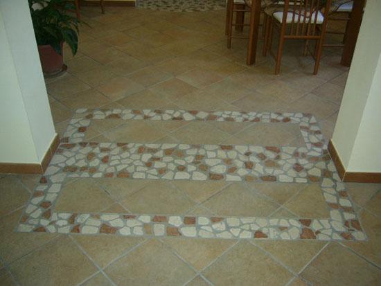 Pavimento con mosaico artigianale.