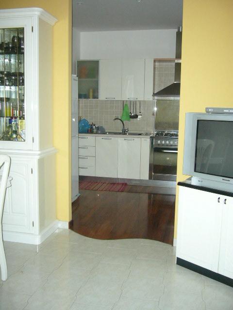 Cucina in parquet e soggiorno in monocottura