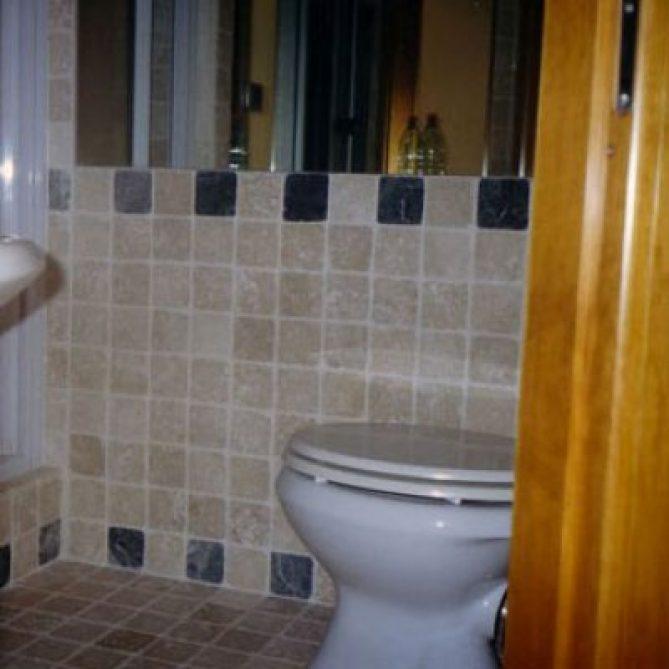 Bagno sassi d'Assisi. Specchio applicato alla muratura.