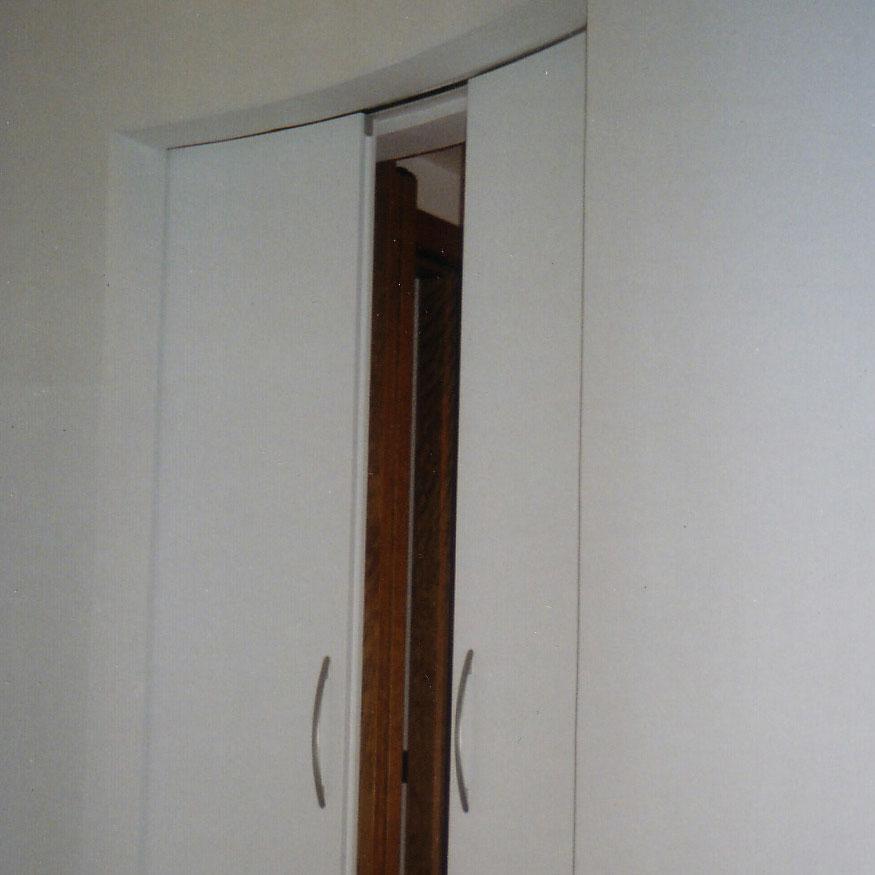 porta a scrigno su parete curva