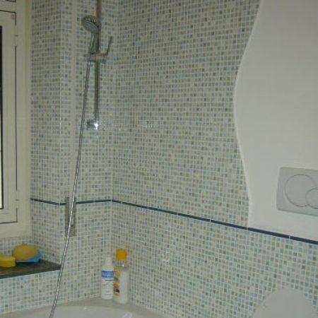 bagno con rivestimento 20×20 effetto mosaico.